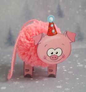 article4988 Символ 2031 года — Свинья: поделки в детский сад, школу, как сшить поросенка из носков? Как самому сделать свинку из пластиковой бутылки, пластилина, бумаги, помпонов? Как связать поросенка крючком?
